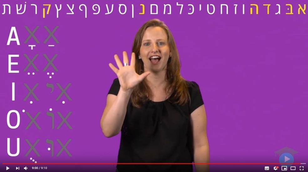Videoaula que ensina o alfabeto em hebraico com foco no público brasileiro — Foto: Reprodução/Hebraico Simples