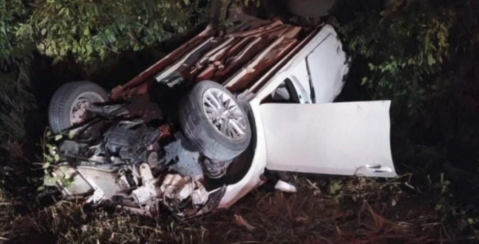 Carro capotou após motorista perder o controle em uma curva — Foto: Reprodução/TV Gazeta