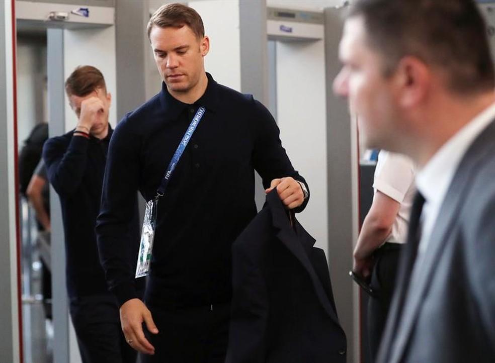 Neuer em embarque da seleção da Alemanha após eliminação na Copa do Mundo (Foto: EFE)