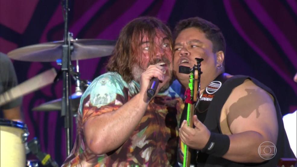 Jack Black e Júnior Bass Groovador fazem dueto — Foto: Reprodução/TV Globo