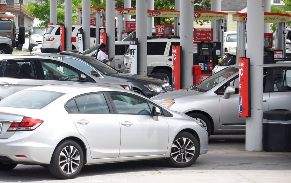 Motorista fazem fila para abastecer depois de ataque hacker que atingiu a Colonial Pipeline — Foto: Associated Press