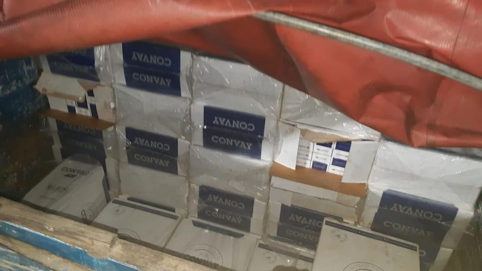 Carregamento de cigarros é apreendido pela PRF em carreta na BR-304 — Foto: PRF/Divulgação