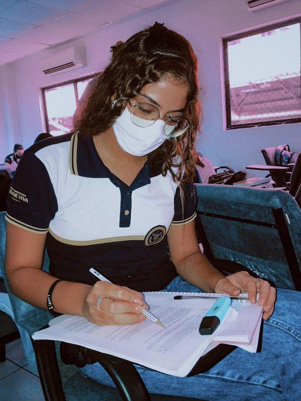 Aline estudou à distância durante a maior parte do ano e voltou para as aulas presenciais em outubro de 2020 — Foto: Aline Soares/Acervo pessoal