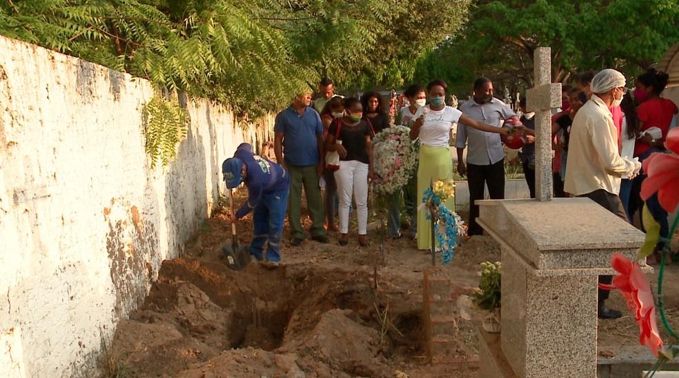 Sepultamento da criança aconteceu em um cemitério no bairro Renascença, Zona Sudeste de Teresina — Foto: Reprodução /TV Clube