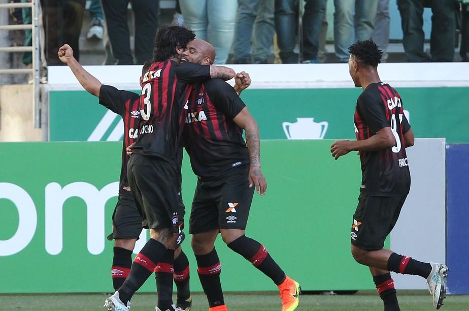 Atlético-PR bate o Palmeiras em São Paulo e se aproxima do G-6