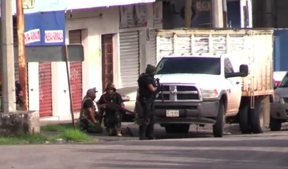Forças de segurança durante operação em Culiacán, no México — Foto: AFP