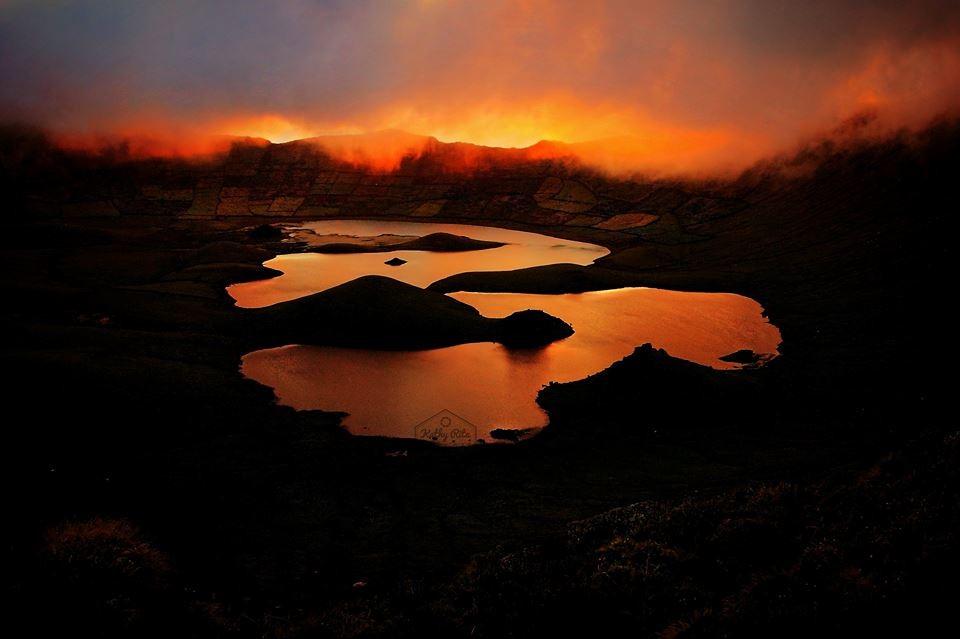 Lagoa do Caldeirão na cratera do vulcão inativo na Iha