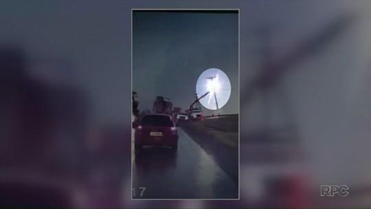 Homem é atingido por raio em poste de energia elétrica e sobrevive; VÍDEO