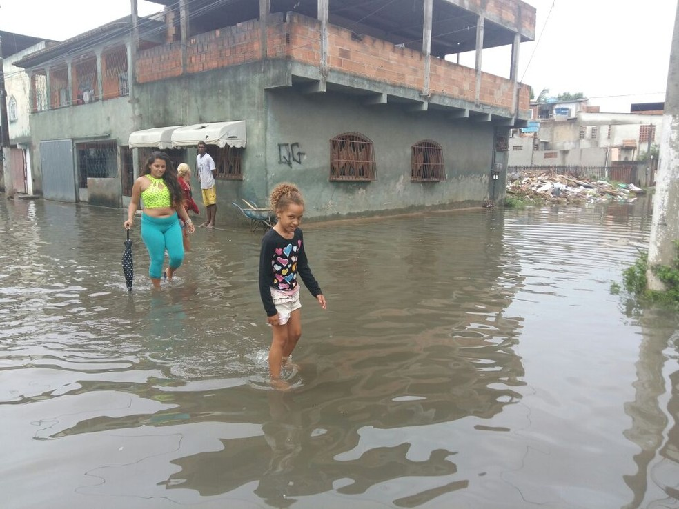 Rua alagada no bairro Santa Rita, em Vila Velha (Foto: Ari Melo/ TV Gazeta)