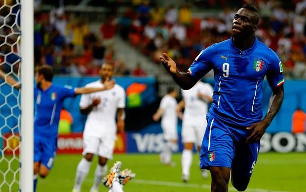 Balotelli itália gol inglaterra arena amazonia (Foto: Agência Getty Images)