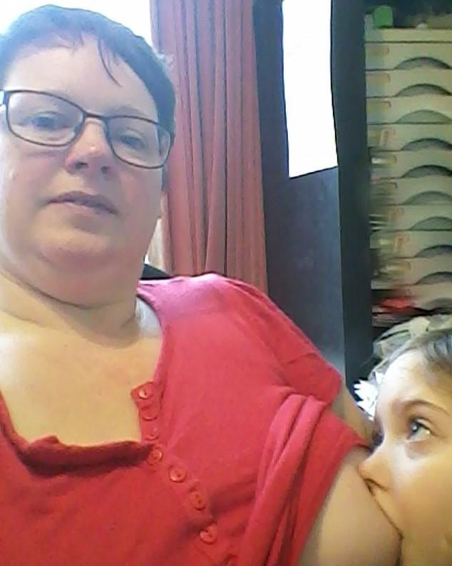 Sharon amamentando a filha (Foto: Arquivo pessoal)