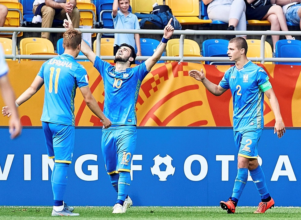 Buletsa ergue os braços para comemorar o gol da Ucrânia no Mundial Sub-20 — Foto:  EFE/ Adam Warzawa