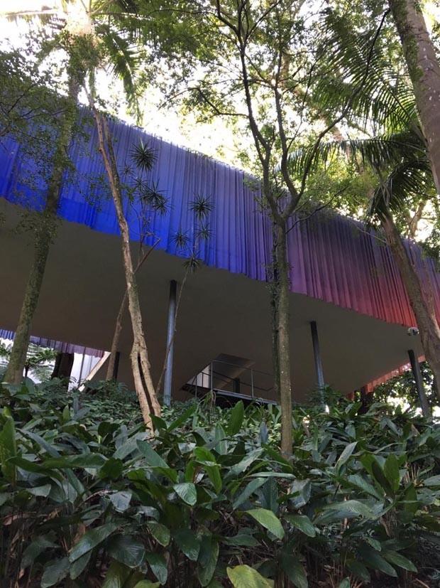 Artista Lucia Koch faz intervenção na fachada da Casa de Vidro, em SP   (Foto: Bruno Simões / Reprodução)