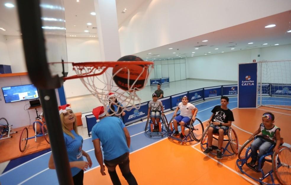 Dentre os esportes oferecidos no projeto Experimentando Diferenças, está o basquete em cadeira de rodas (Foto: Cristiano Borges/O Popular)