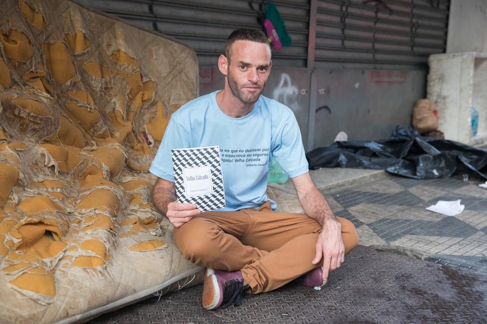 """Gilberto com o livro """"Velha Calçada"""", que conta sua história vivendo nas ruas. (Foto: Celso Tavares/G1)"""