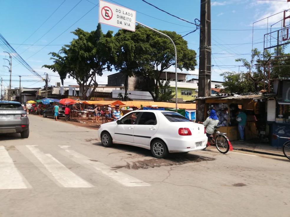 Bairro de Peixinhos, em Olinda, tinha movimento intenso no último dia de quarentena — Foto: Apilly Ribeiro/TV Globo