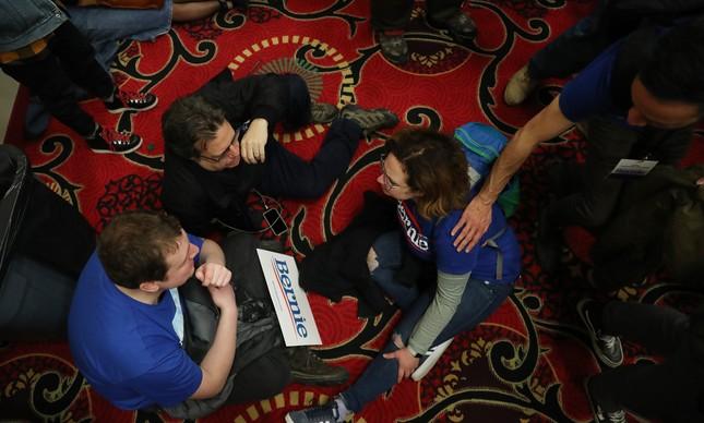 Partidários de Bernie Sanders aguardam a liberação dos resultados do caucus de Iowa