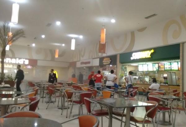 Princípio de incêndio atinge loja de shopping no Centro de Jacareí (Foto: Clemente Lemes/Arquivo pessoal)