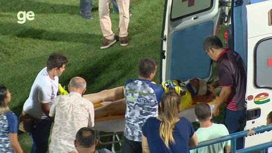 """Goleira bate cabeça na trave, vai para  o hospital e mostra """"estrago"""" após levar ponto; vídeo"""