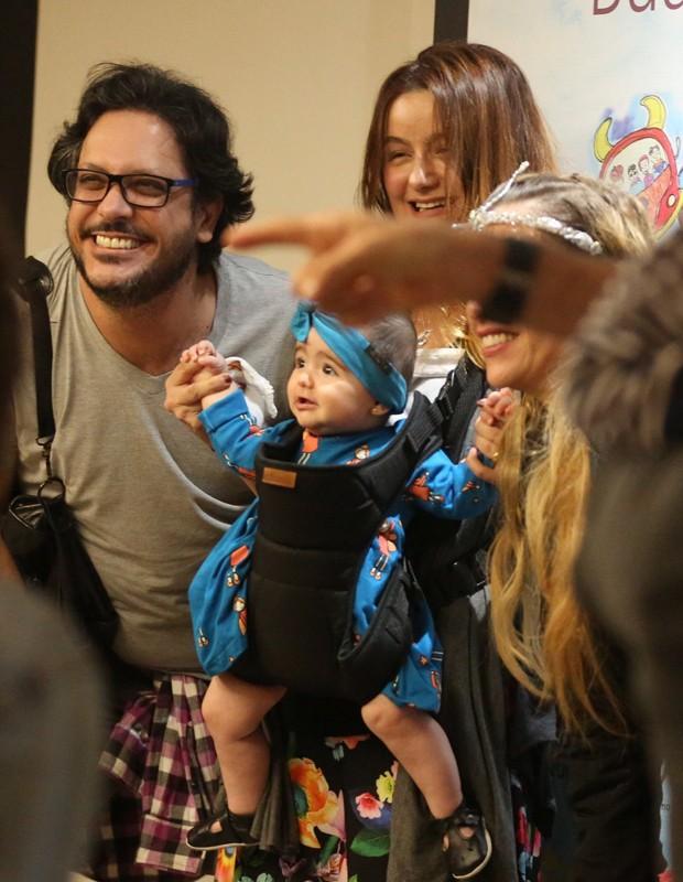 Lúcio Mauro Filho e a mulher com a caçula, Liz (Foto: Thiago Martins/AgNews)