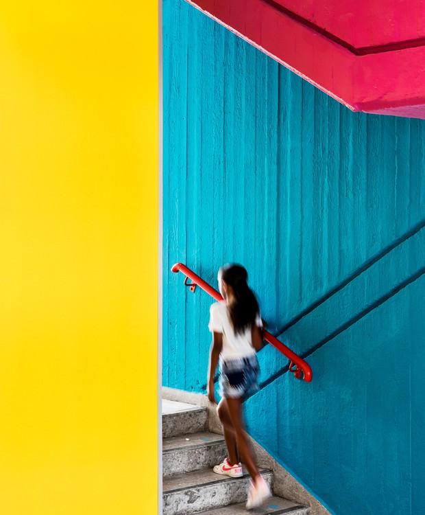 O concreto que estampava todos as paredes e o piso, recebeu camadas de tintas em cores vivas, para tornar o local mais infantil (Foto:  Itay Benit/ Dezeen/ Reprodução)