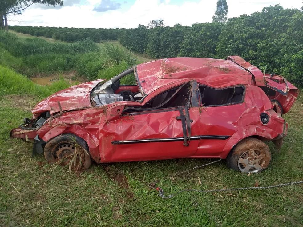 Carro em que adolescente estava capotou várias vezes na vicinal de Gália — Foto: Marília Urgente
