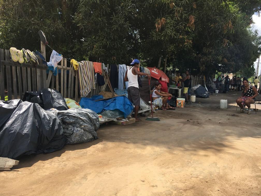 Com os 10 abrigos do estado cheios, acampamentos precários se tornam moradia de centenas de venezuelanos sem-teto (Foto: Emily Costa/G1 RR)