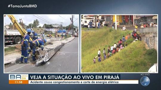 Carro derruba poste em batida perto da Estação Pirajá