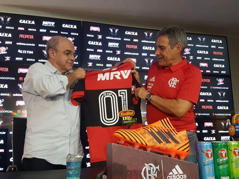 Paulo César Carpegiani e Bandeira na apresentação do novo técnico (Foto: Marcelo Baltar/GloboEsporte.com)