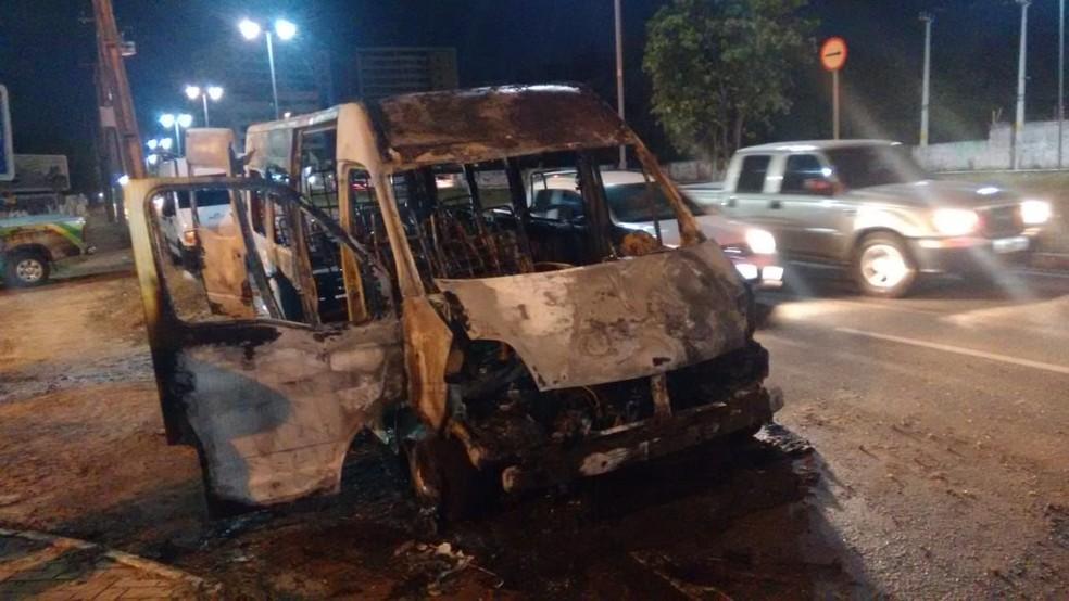 Van que transportava time de futebol pega fogo, em Fortaleza. — Foto: Ricardo Mota