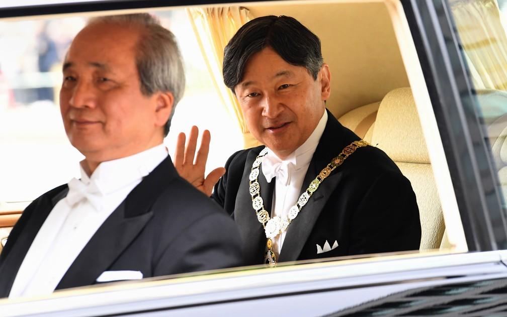 O novo imperador do Japão, Naruhito, acena ao chegar ao Palácio Imperial, em Tóquio, na manhã de quarta-feira (1º), para a cerimônia de transferência de objetos imperiais — Foto: Toshifumi Kitamura/AFP
