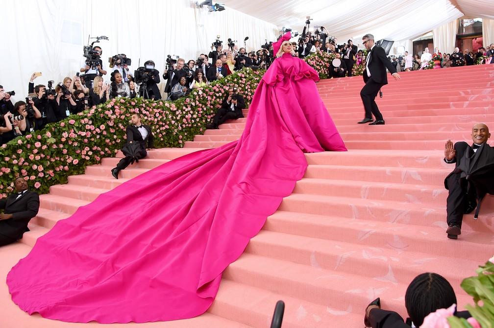 Lady Gaga faz performance no tapete vermelho do Baile de Gala do Met, em Nova York (EUA), ao mostrar produção em várias 'camadas' — Foto: Jamie McCarthy /Getty Images North America/AFP