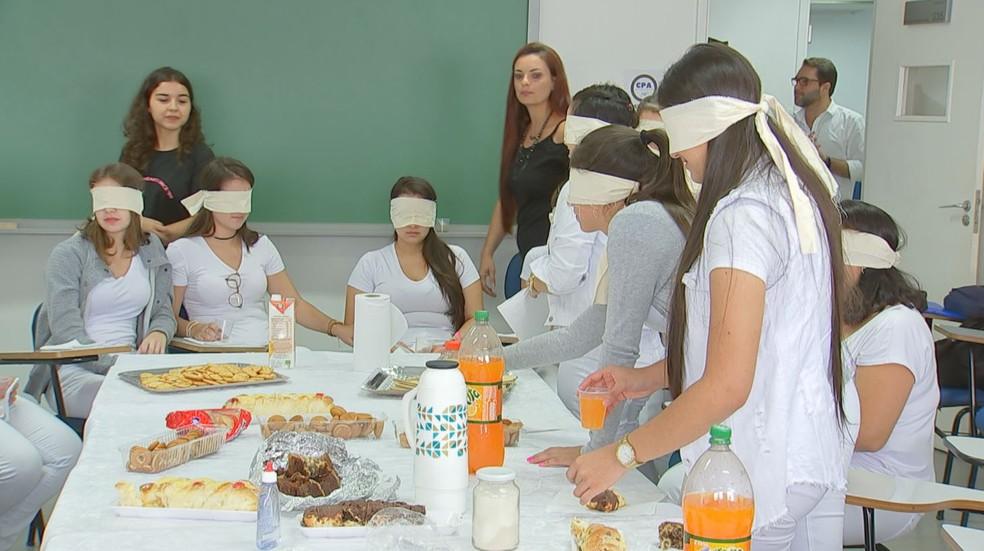 Alunos de faculdade de Avaré (SP) participam de vivências como o 'Café às Cegas' — Foto: Lucas Cerejo/TV TEM