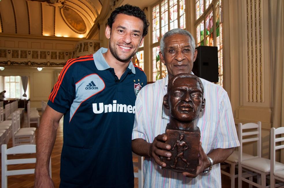 Fred e Waldo em 2012; busto do ex-atacante encontra-se na sala de troféus do Flu e foi cedido por Valterson Botelho, autor de sua biografia (Foto: Bruno Haddad / Fluminense FC)