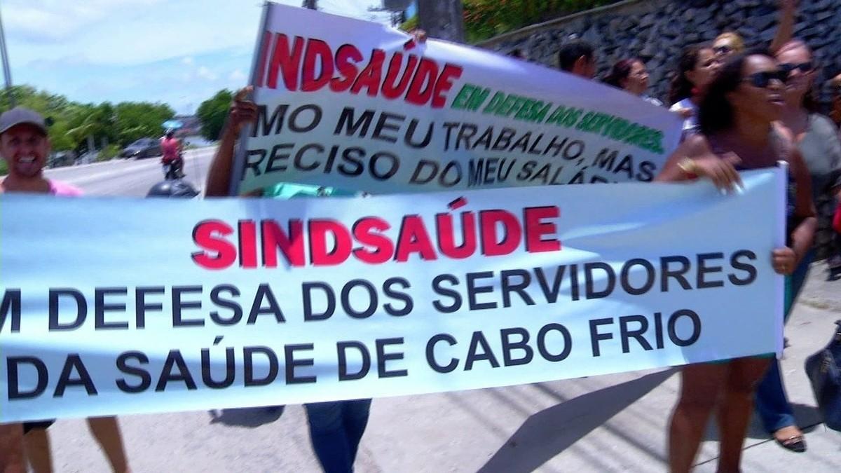 Servidores municipais protestam contra salários atrasados nesta terça em Cabo Frio, no RJ