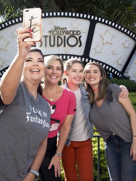 Heloisa Périssé e as filhas, Antônia e Luísa, com Fabiana Karla (Foto: Gregg Newton/Walt Disney World)