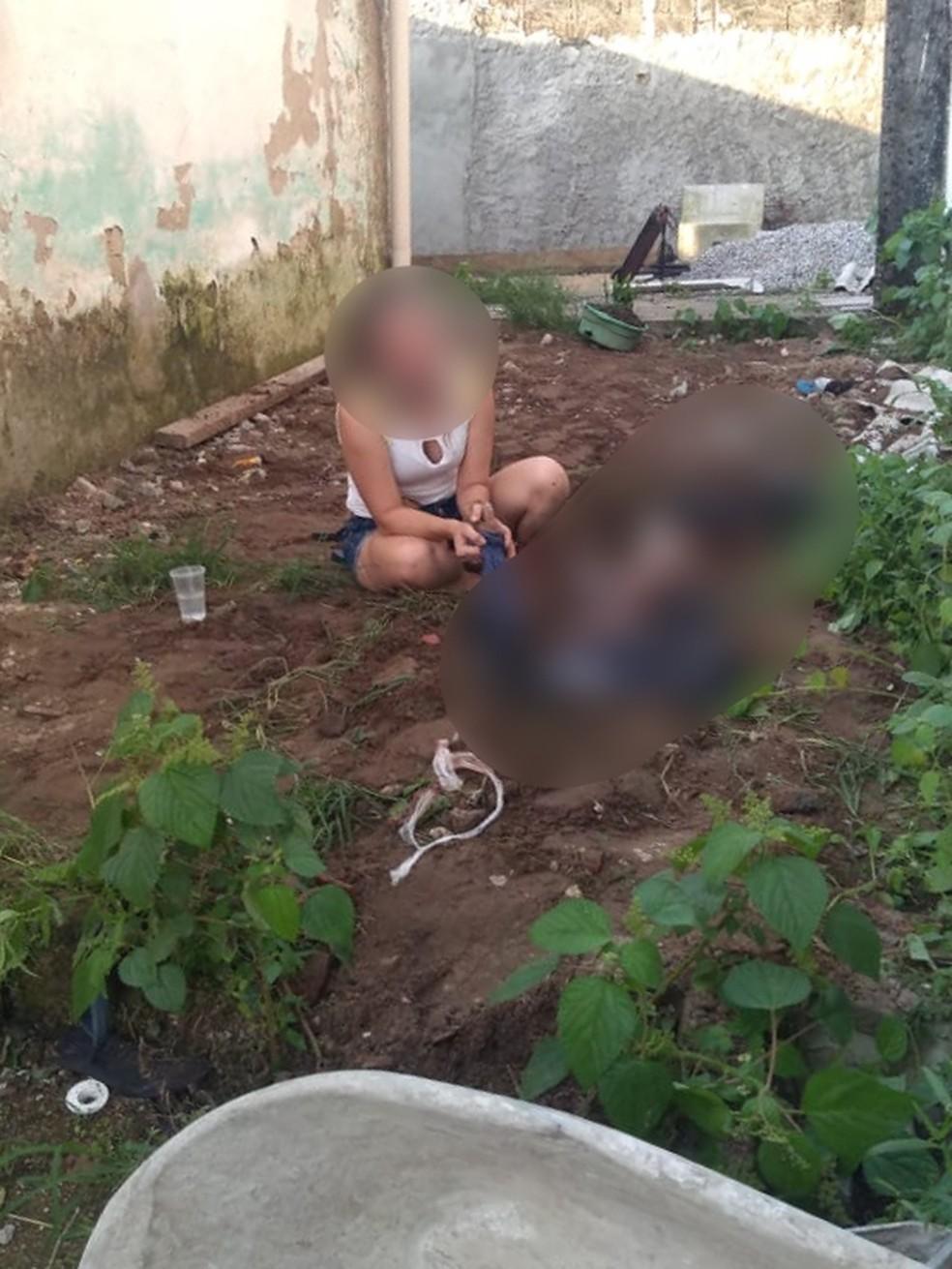 Corpo foi encontrado parcialmente enterrado na casa do suspeito — Foto: G1 Santos