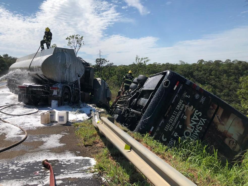 Bombeiros trabalham em local onde ônibus que levava equipe da cantora Yasmin Santos, ônibus do Exército e caminhão-tanque bateram, em Cristalina — Foto: Polícia Rodoviária Federal/Divulgação