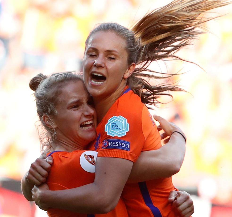Lieke Martens (dir), melhor jogadora do torneio, e Vivianne Miedema (esq), celebram gol da Holanda (Foto: Yves Herman/Reuters)