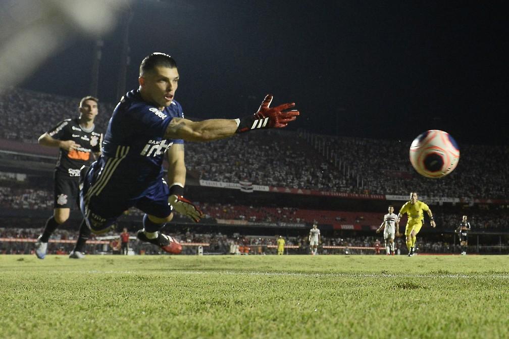 Tiago Volpi faz defesa contra o Corinthians — Foto: MAURO HORITA/ESTADÃO CONTEÚDO
