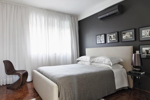 O quarto desenhado pelos arquitetos Marco Donini e Francisco Zelesnikar, do escritório Arqdonini, tem parede cinza e quadrinhos com fotos em preto e branco (Foto: Lufe Gomes/Casa e Jardim)