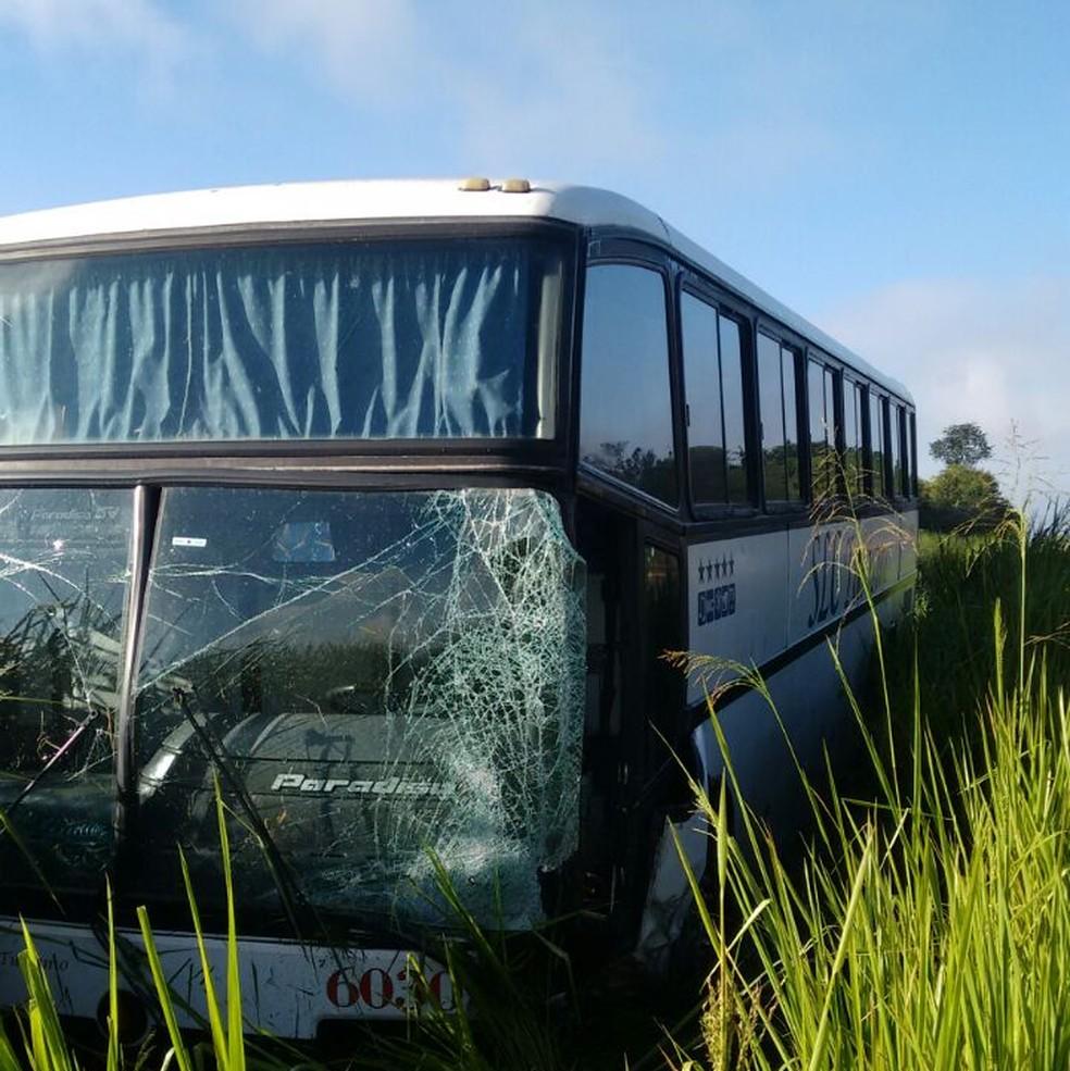Frente do ônibus ficou danificada após a colisão, mas ninguém se feriu (Foto: Corpo de Bombeiros/ Divulgação )