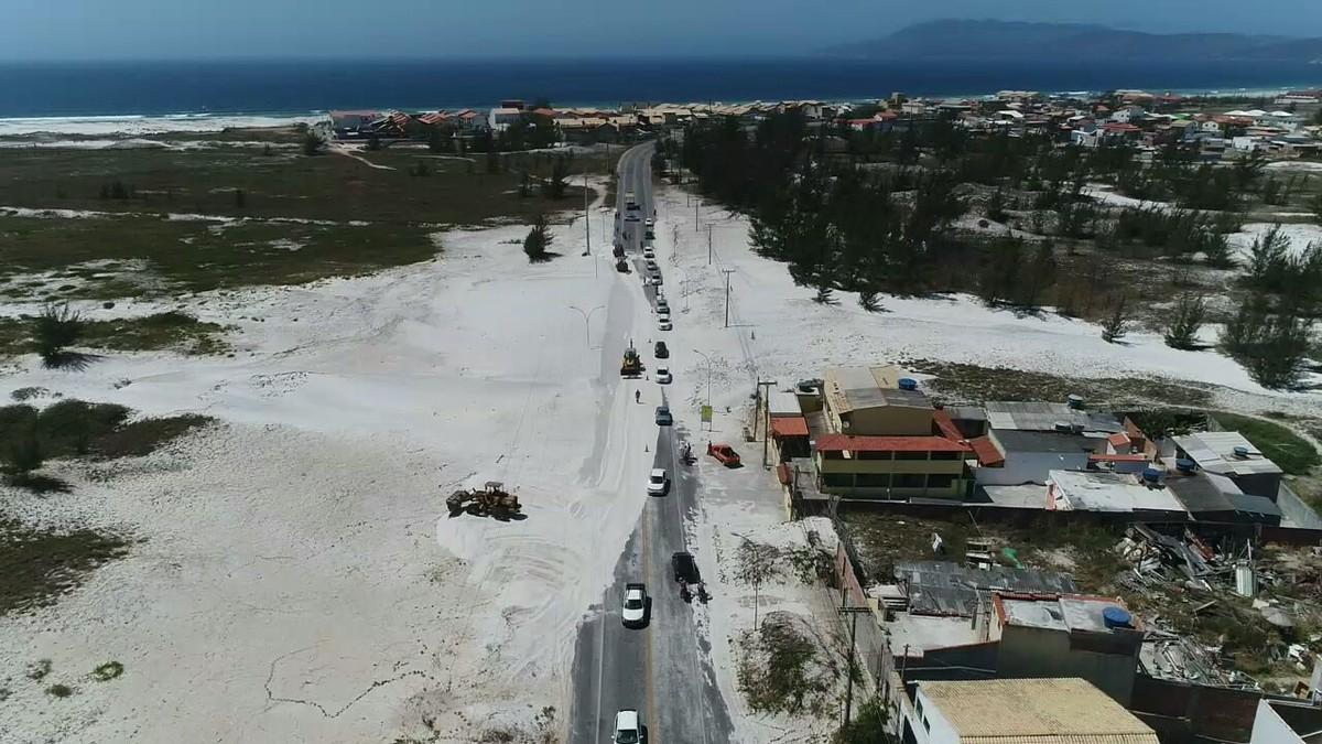 Areia das dunas fecha estrada que liga Cabo Frio a Arraial do Cabo em pleno feriadão
