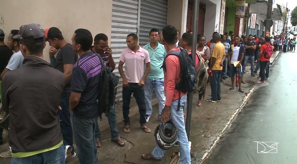 Desempregados madrugam no SINE em busca de trabalho em São Luís — Foto: Reprodução/TV Mirante