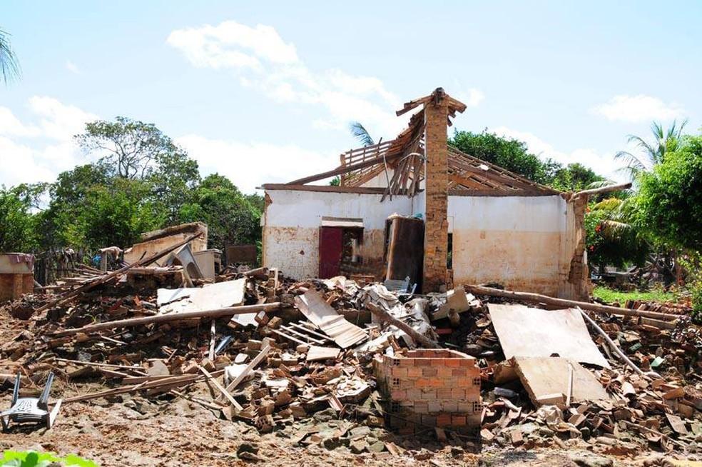 Casas foram arrastadas e destruídas pela força da água da barragem (Foto: Francisco Gilásio)