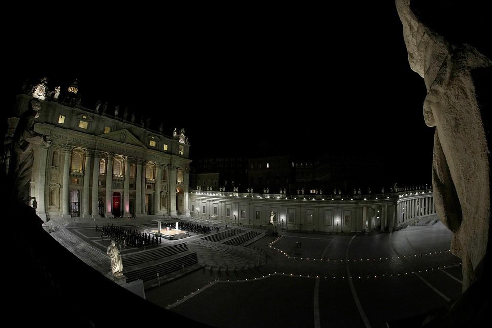 Praça São Pedro, no Vaticano, na cerimônia de Via-Sacra, nesta sexta-feira (2) — Foto: Gregorio Borgia/Reuters