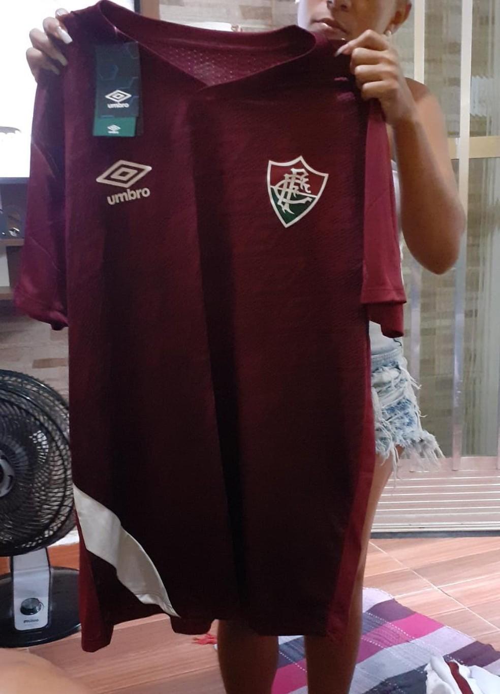 Uniforme grená leva a etiqueta da Umbro, assim como foto das camisas de jogo — Foto: Reprodução