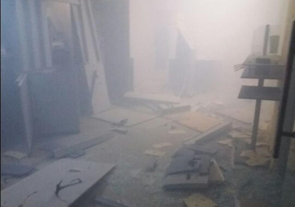 Banco ficou completamente destruído  (Foto: Divulgação/PM)