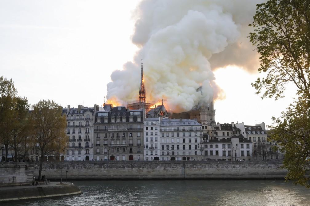 Incêndio atinge a Catedral de Notre-Dame em Paris — Foto: François Guillot/AFP