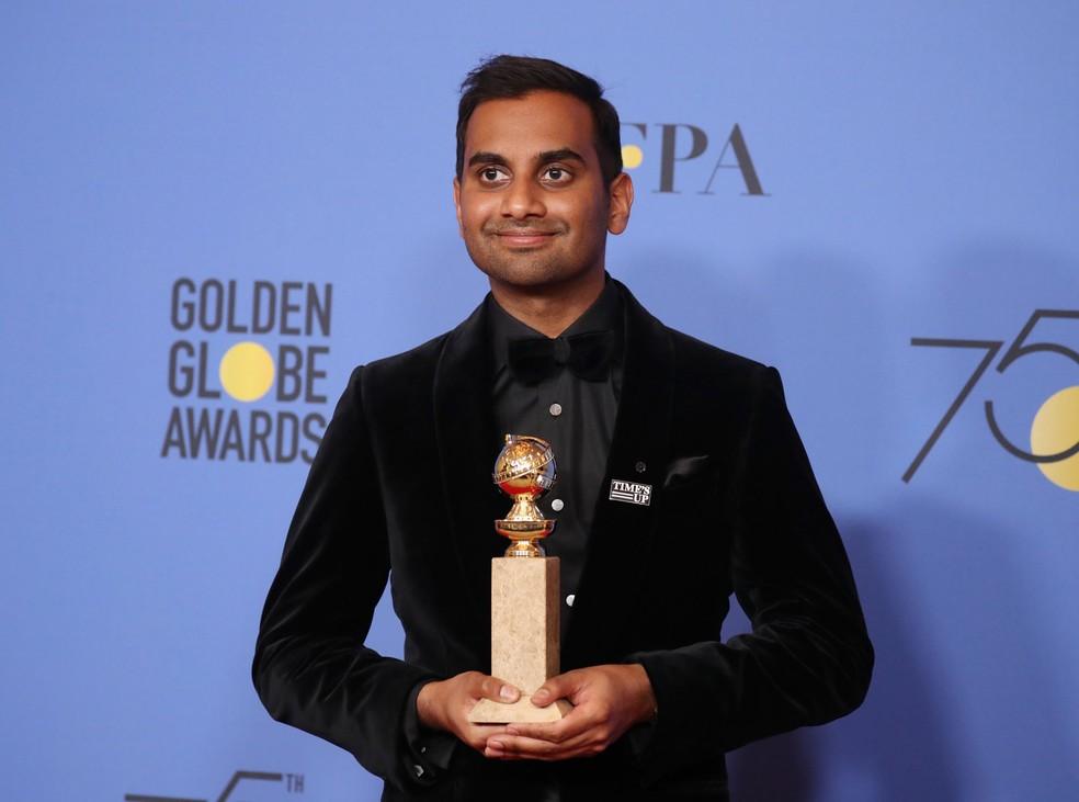 Aziz Ansari segura o Globo de Ouro de melhor ator em série de comédia ou musical por 'Master of none' (Foto: Lucy Nicholson/Reuters)